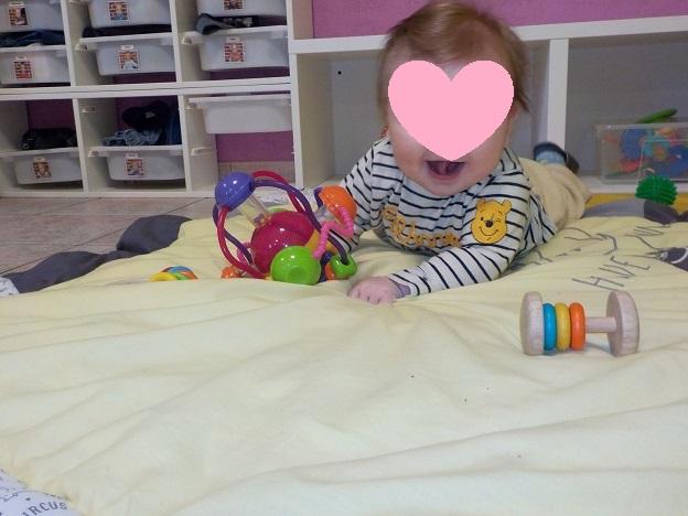 Bébé et les hochets